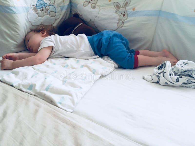 Kleinkindschlafen lizenzfreie stockfotos