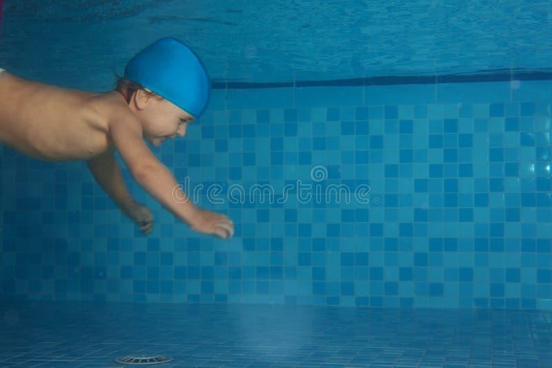 Kleinkindschwimmen im Pool lizenzfreie stockfotografie
