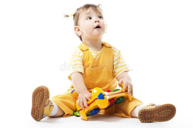 Kleinkindspiel mit Spielzeug lizenzfreies stockbild