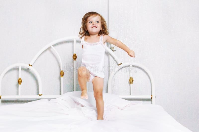 Kleinkindtanzen im Bett stockfoto