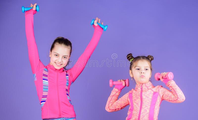 Kleinkindwiederholungsübung nach Schwester Sportübungen für Kinder Gesunde Erziehung Sportliche Babys Nach ihrer Schwester lizenzfreie stockfotografie