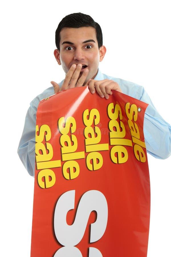 Kleinladenbesitzer mit Verkaufszeichen, lizenzfreie stockfotos