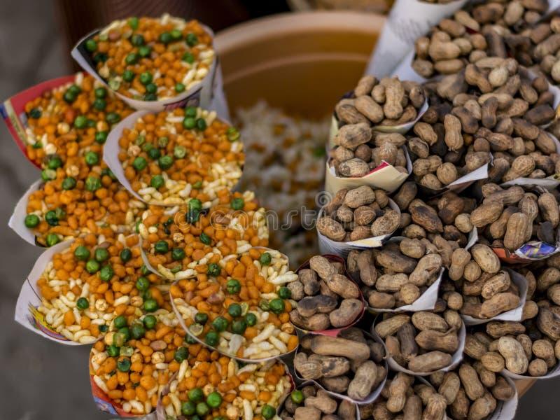 Kleinräumige Ställe des Straßenrands Nahrungsmittelvon Indien lizenzfreie stockfotografie