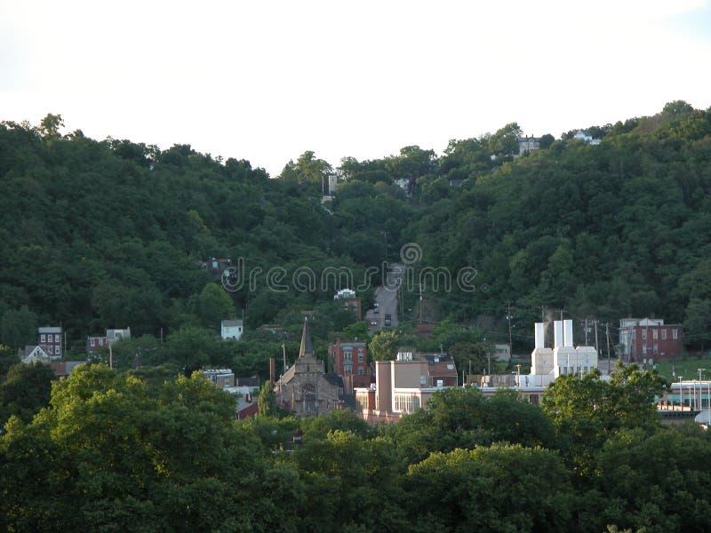 Kleinstadt angeschmiegt in den Allegheny-Hügeln stockbild