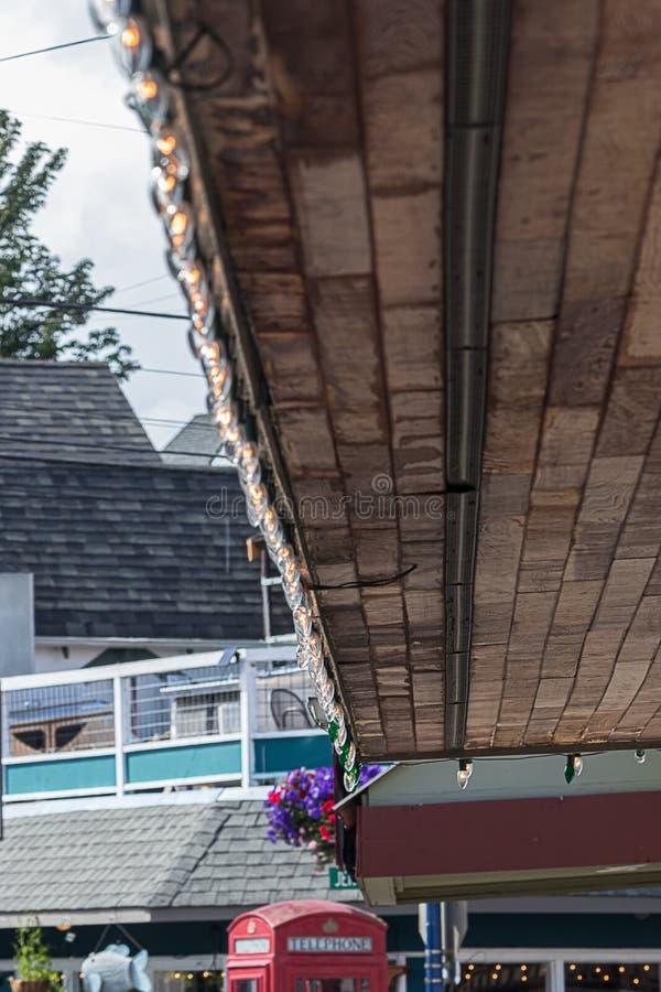 KleinstadtEinkaufszentrum, das mit Lichtern onning ist stockbild