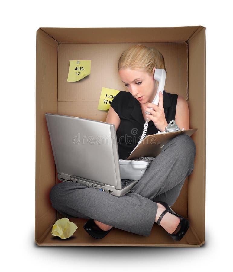 Kleinunternehmen-Frau im Büro-Kasten
