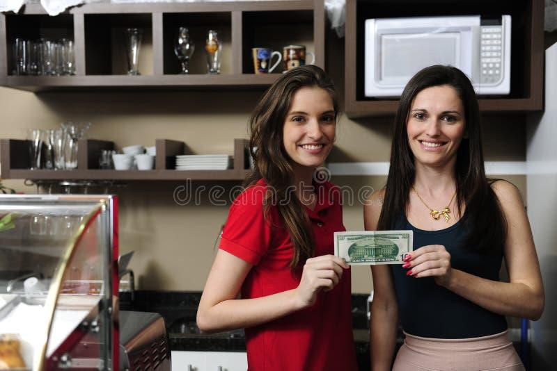 Kleinunternehmen: Inhaber eines Kaffeeholdingbargeldes stockbild