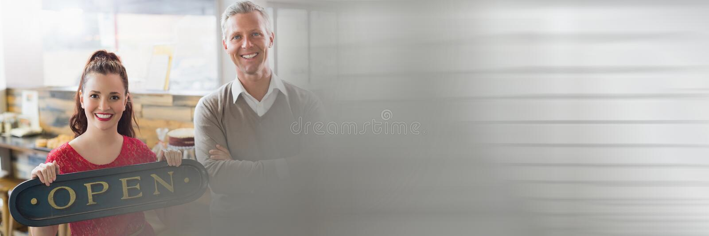 Kleinunternehmer, die ein offenes Zeichen halten lizenzfreie stockbilder