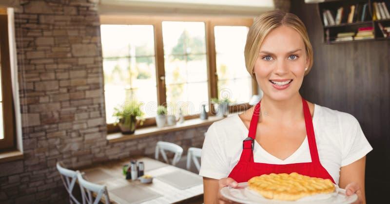 Kleinunternehmerfrau, die einen Kuchen hält lizenzfreie stockfotografie