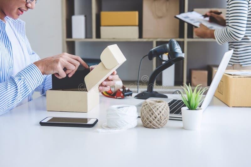 KleinunternehmerZustelldienst und Arbeitsverpackungskasten, b lizenzfreies stockbild