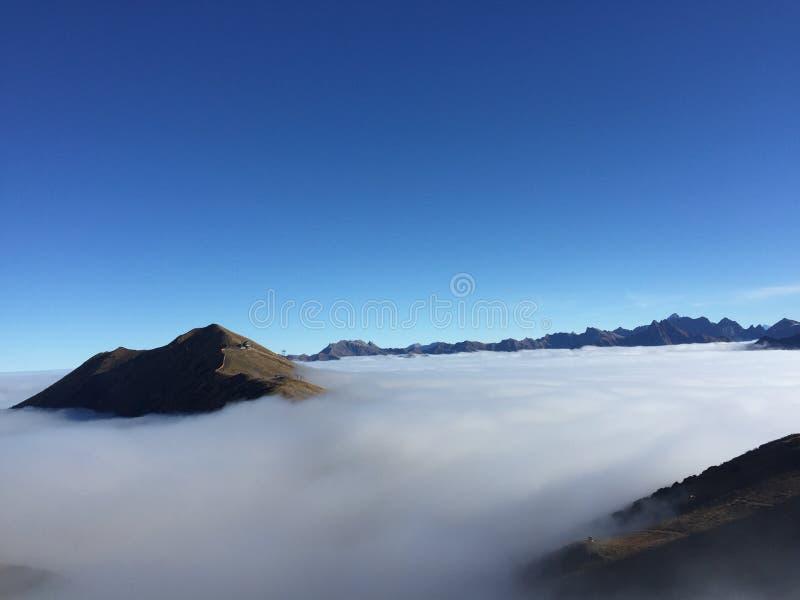 Kleinwalsertal berg ovanför molnen royaltyfria foton