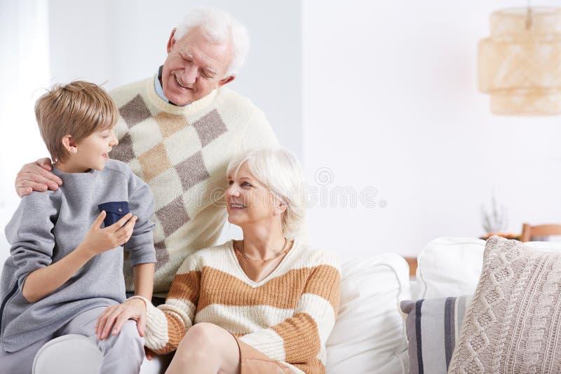 Kleinzoon, oma en opa royalty-vrije stock afbeeldingen
