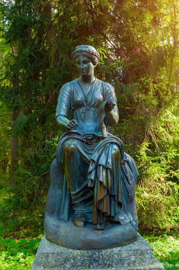 Kleio雕塑-历史冥想,与一个纸卷在她的手上 Pavlovsk的,俄罗斯老西尔维娅公园 库存图片