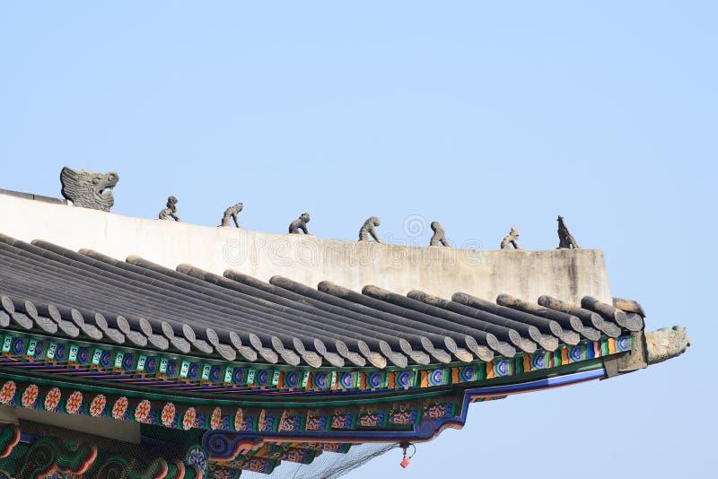 Kleipoppen op de dakhoek stock afbeeldingen