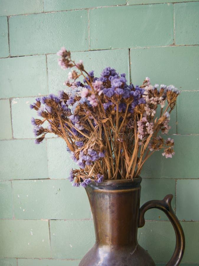 Kleipot met droge bloemen daarin royalty-vrije stock fotografie