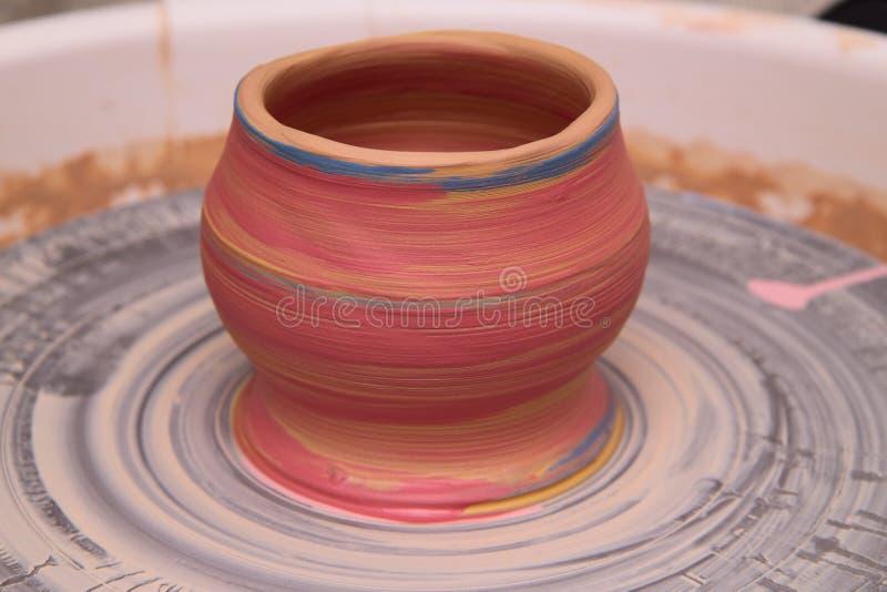Kleipot op een pottenbakkerswiel royalty-vrije stock afbeelding