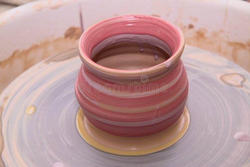 Kleipot op een pottenbakkerswiel royalty-vrije stock foto