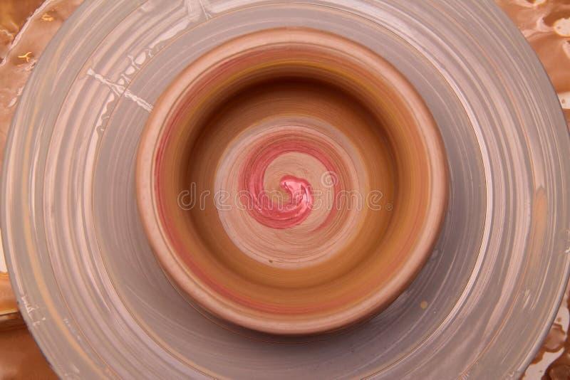Kleipot op een pottenbakkerswiel stock foto