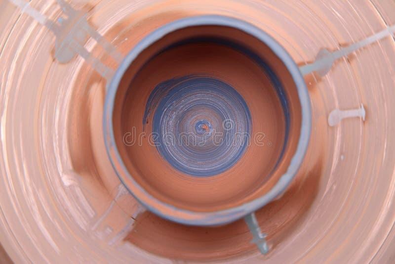 Kleipot op een pottenbakkerswiel stock fotografie