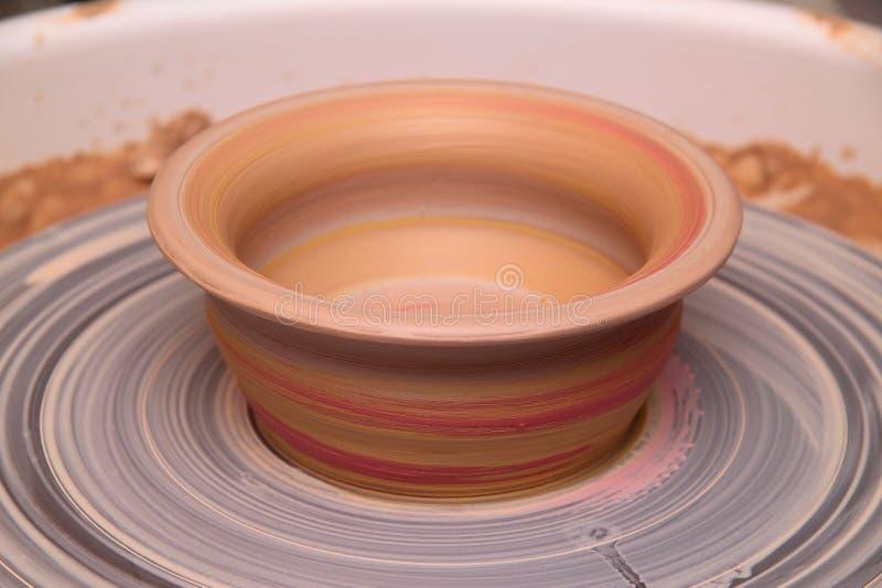 Kleipot op een pottenbakkerswiel stock foto's