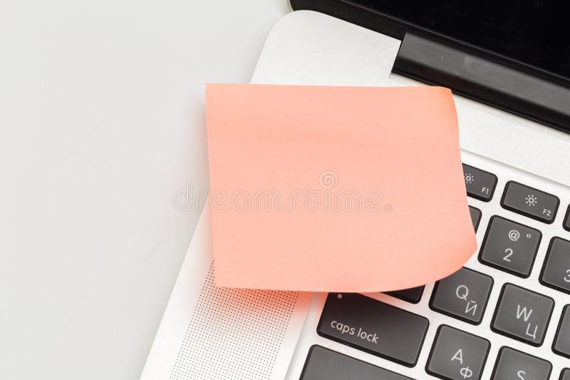 Kleista notatka na laptopie z kopii przestrzeni? Dla wszystkie poj?cia zdjęcie stock