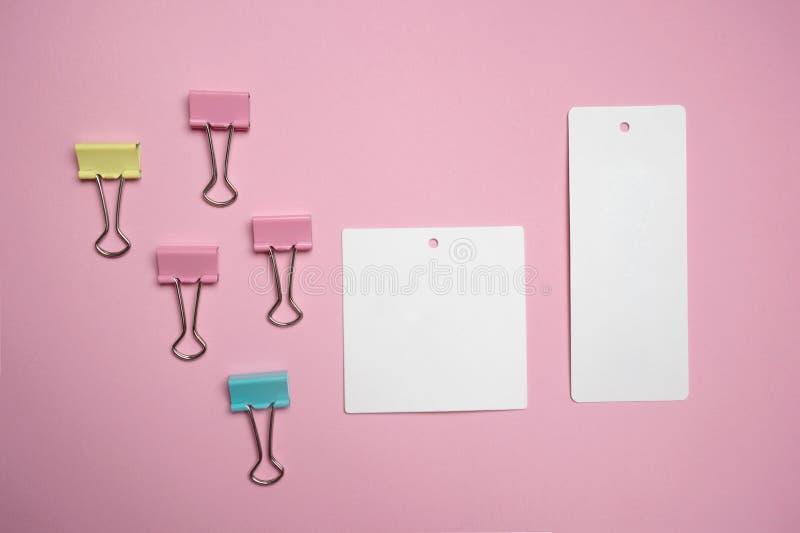 Klem van het pastelkleur de kleurrijke roze geelgroene metaal met document van de etiket het witte nota voor bedrijfs of onderwij stock afbeelding