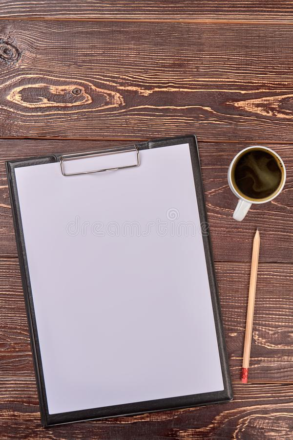 Klembord met blanco pagina en potlood stock foto's