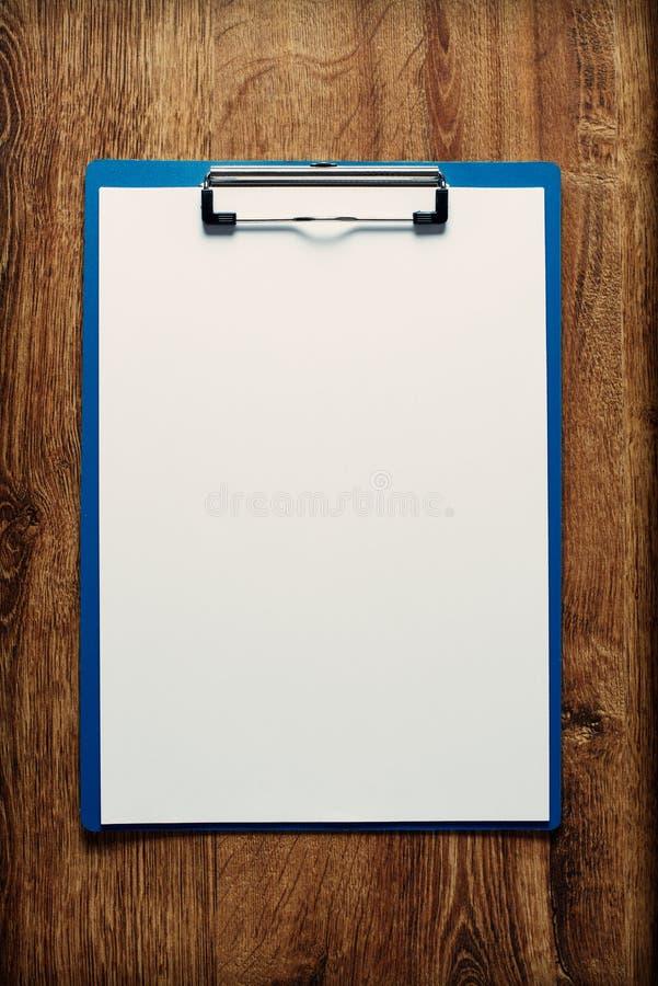 Klembord met een leeg blad van document stock afbeeldingen