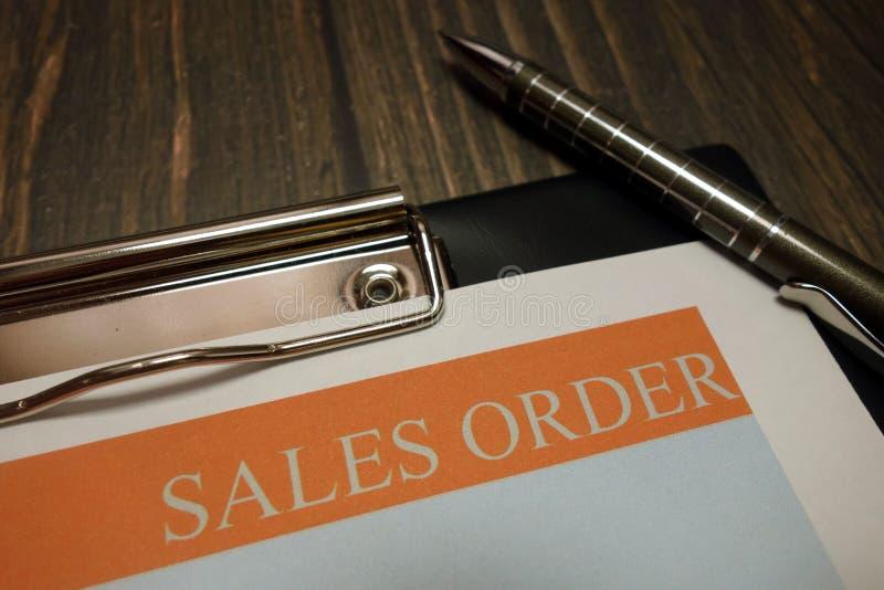Klembord met verkooporder en pen op bureau royalty-vrije stock fotografie