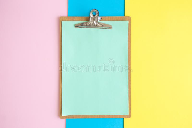 Klembord op multicolored samenvatting als achtergrond Ruimte voor exemplaar royalty-vrije stock afbeelding