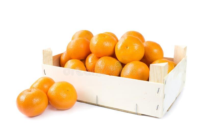 Klementinen im hölzernen Kasten stockfotos