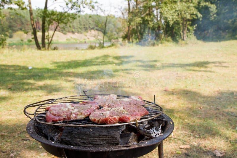 Klemlapje vlees die worden geroosterd, stock afbeeldingen