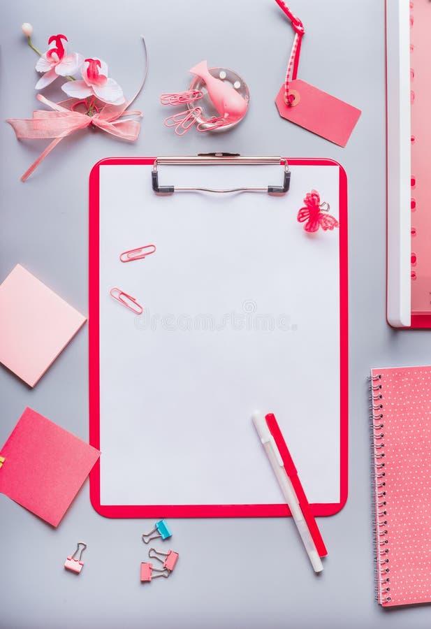 Klemmbrett mit leerem Kopienraumfreiem raum für Liste oder für Input der Text, Blumen und andere Versorgungen, Draufsicht, flache lizenzfreie stockbilder