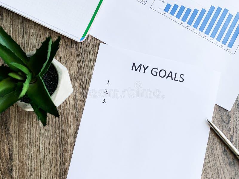 Klemmbrett mit meinen Zielen auf hölzernem Schreibtisch stockfotografie