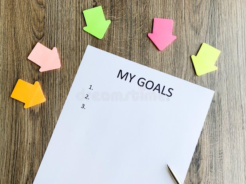 Klemmbrett mit meinen Zielen auf hölzernem Schreibtisch stockfoto