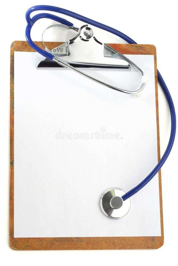 Klemmbrett und Stethoskop lizenzfreie stockbilder