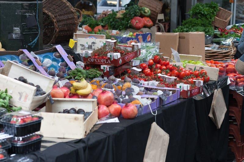 Klemmen Sie mit Gemüse und Früchten am Stadt-Markt fest stockbild