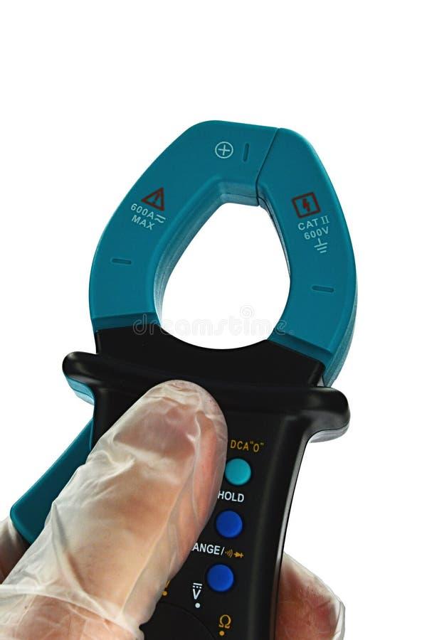 Klemmen Sie Vielfachmessgerät mit den Transformatorkiefern fest, die geschlossen werden, gehalten in der linken Hand auf weißem H stockbild