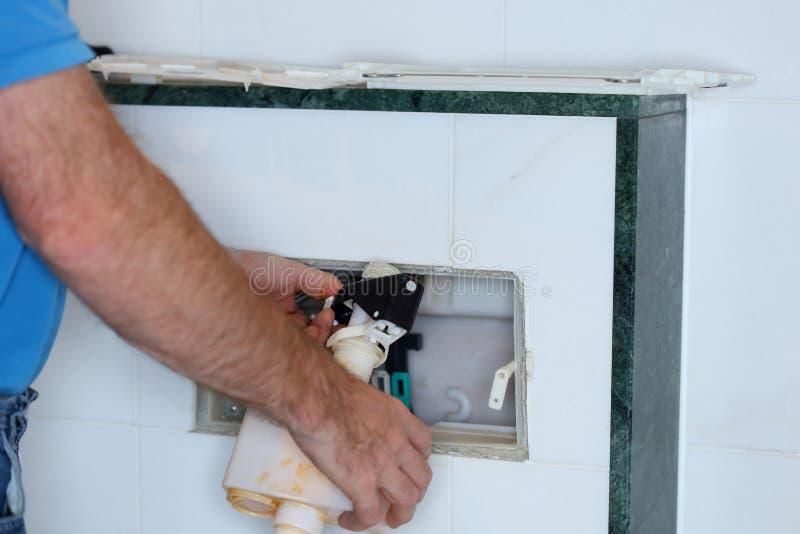 Klempner arbeitet an einer Zisterne lizenzfreie stockbilder