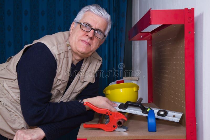 Klempner bei der Arbeit in seiner Werkstatt lizenzfreie stockbilder