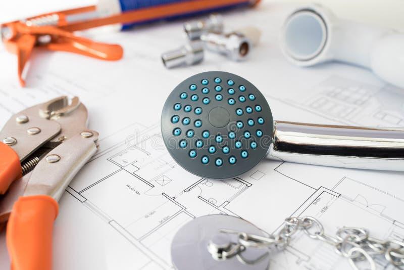 Klempnerarbeit-Werkzeuge und Komponenten vereinbart auf Haus-Plänen stockfotos