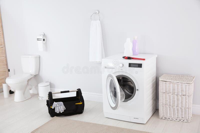 Klempnerwerkzeuge und -waschmaschine stockfotos