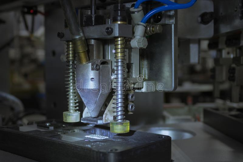 Klemreeks van geautomatiseerde machines voor assemblageproduct heatsink royalty-vrije stock afbeelding