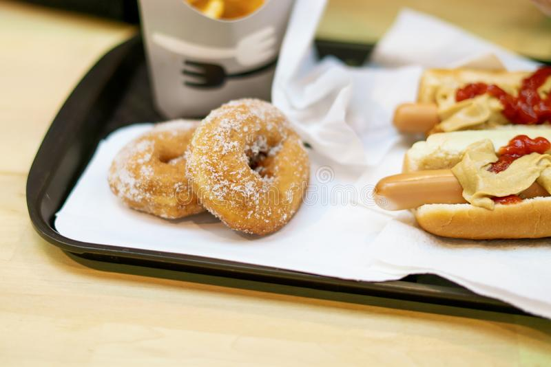 Klemt aardappel vrij snack en dessert op een dienblad in snel voedselrestaurant F stock foto