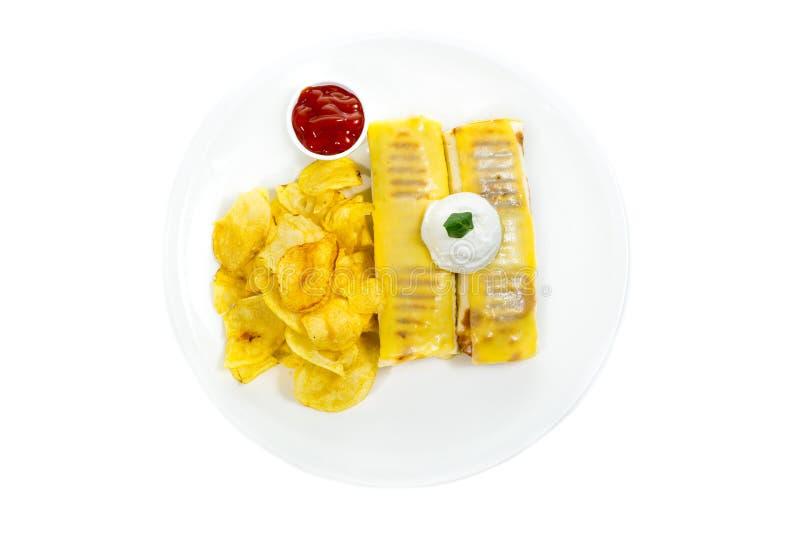Klemt de verdraaide omslagen van de broodjestortilla met de groenten van de hamkaas en de spaanders van de graantortilla royalty-vrije stock foto