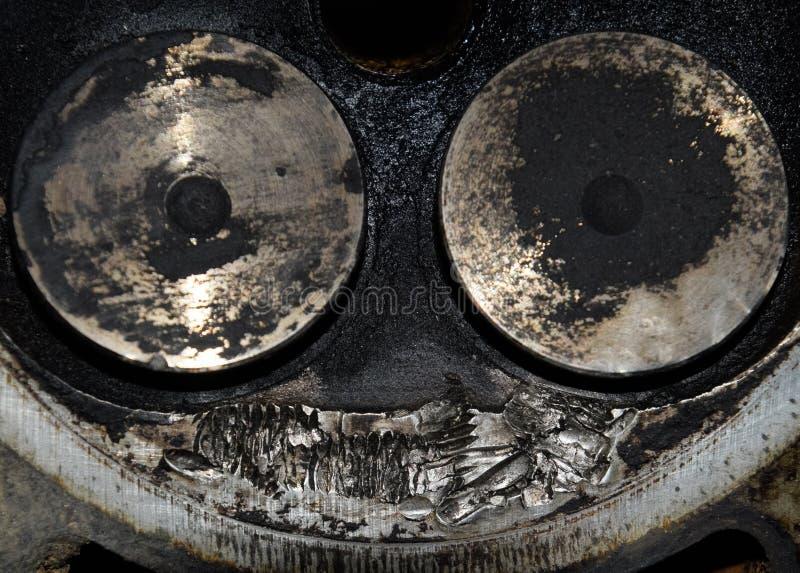 Klep in een storting op de verwijderde dekking van de doos van de motorklep stock afbeeldingen