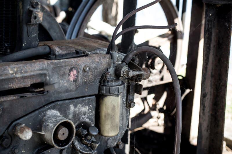 Klep en filters van diesel op de oude motor, Motor niet stock foto