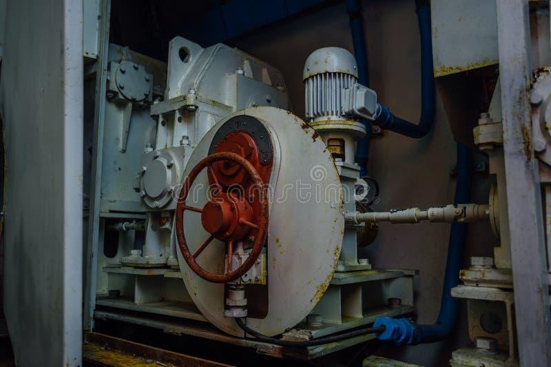 Klep en motor van hydraulisch systeem van hermetische deurencontrole in bunker royalty-vrije stock foto's