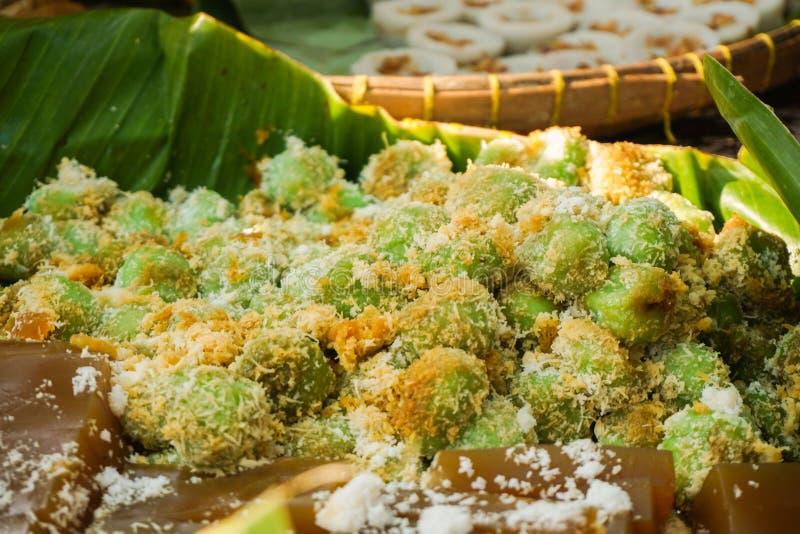 Klepon avec du sucre doux de paume avec la nourriture traditionnelle de couleur brune et verte d'Asie photographie stock libre de droits