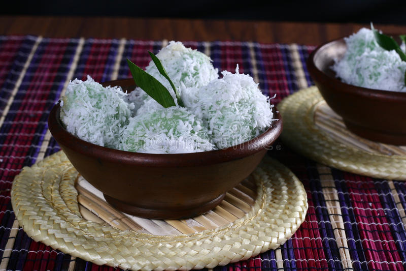 Klepon indonesia traditionell mat royaltyfria bilder